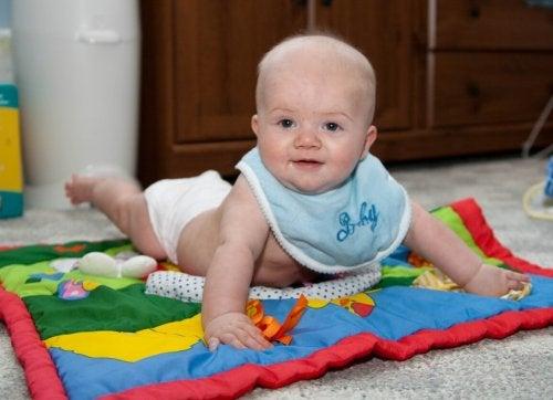 Baby erfährt die Vorteile von Aktivitätsdecken