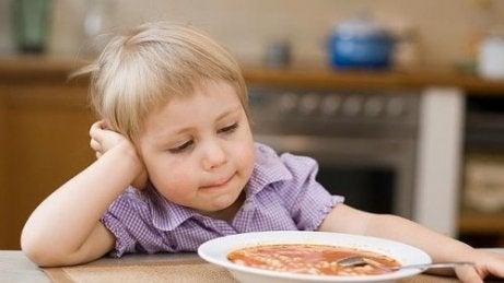 Kind isst seine Suppe nicht