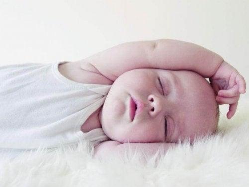 Ein schlafendes Baby kann plötzlich im Schlaf weinen