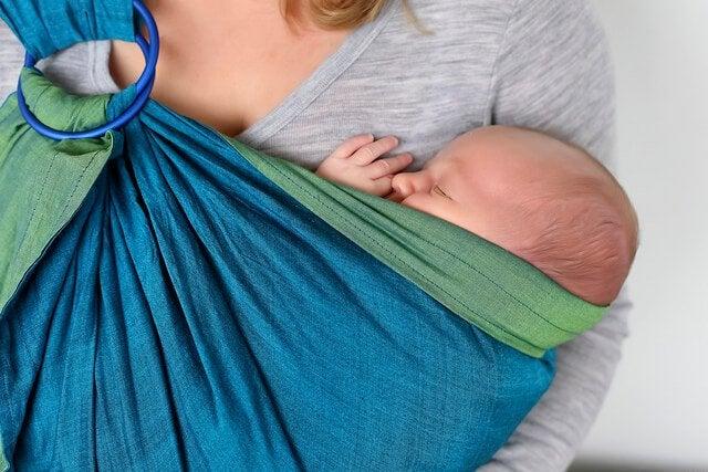 Tragetuch für Babys: praktisch und gesund