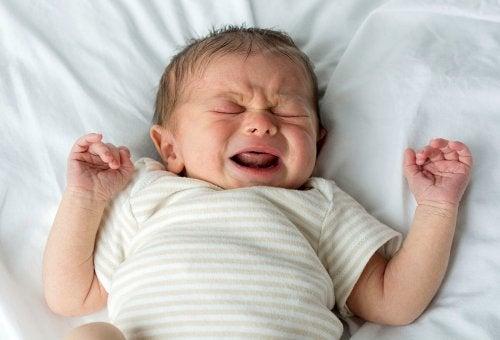 Babys weinen oft plötzlich im Schlaf
