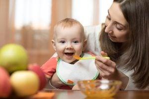 Ernährung und Löffel-Rezepte für Babys von 6 bis 9 Monaten