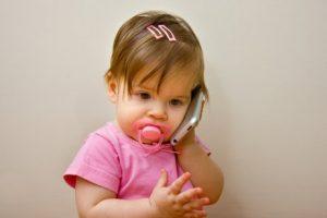 Kind am Telefon