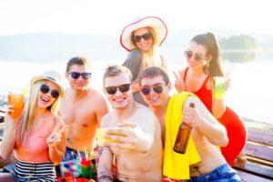 Jugendliche feiern und sind beliebt