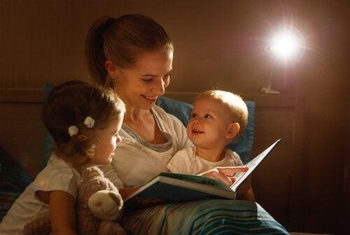 Mutter liest Gute-Nacht-Geschichten vor