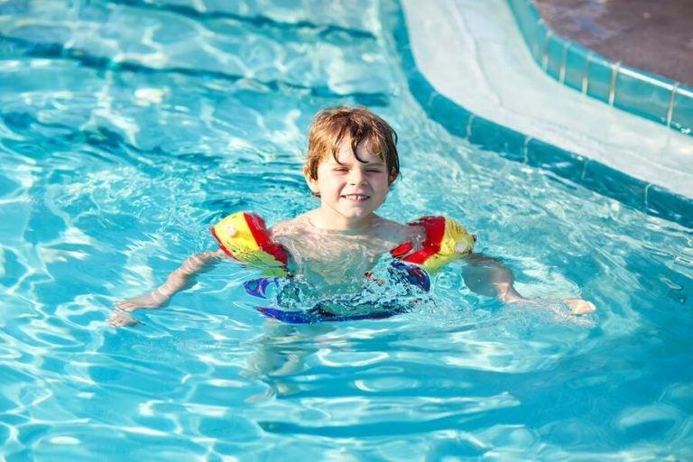 Hilf deinem Kind, Schwimmen zu lernen: 7 Tipps