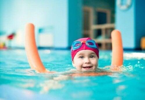 Kind macht Kurs, um schwimmen zu lernen