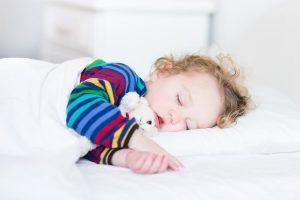 Kind macht Mittagsschlaf