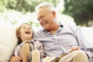 Respekt vor älteren Menschen: Opa und Enkel