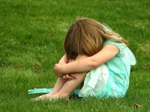 Mädchen hat Kindheit ohne Liebe