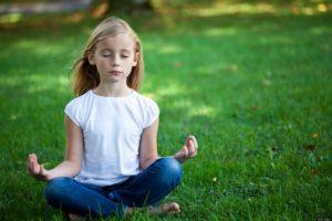 Mädchen lernt Meditation.