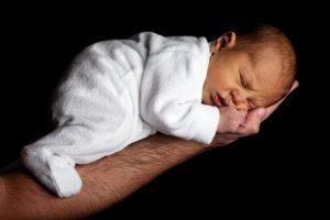 Baby auf einer Hand