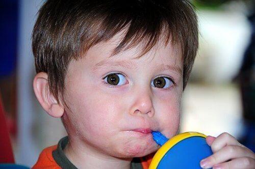 Kinder brauchen nach einigen Monaten Zusatznahrung, damit sie sich entwickeln können.