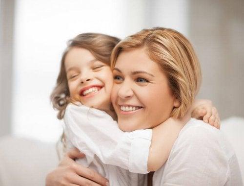 Teile deinem Kind mit einer einfachen Umarmung mit, dass du es liebst und gerne um dich herum hast.