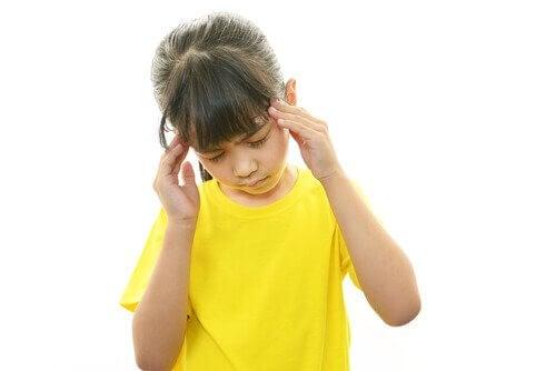 Mädchen, das unter Migräne leidet