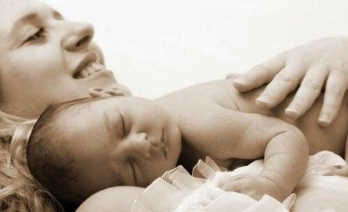 Die Mutter empfängt das erste Baby nach der Geburt.