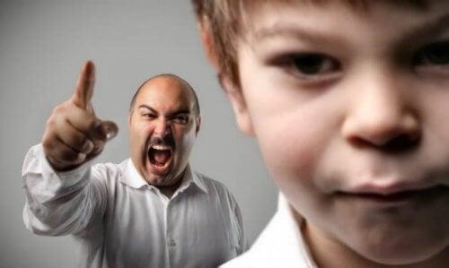 Machtbesessende Eltern neigen dazu ihre Kinder zu bestrafen, sobald sie ihren Fokus auf andere Dinge richten.