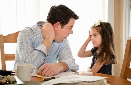 In dysfunktionalen Familien gibt es oft ernste Kommunikationsprobleme