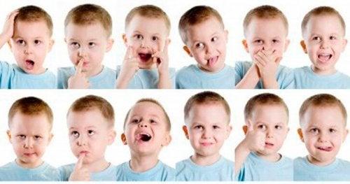 Kind macht verschiedene Gesichter