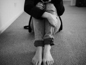 Frau sitzt au fdem Boden