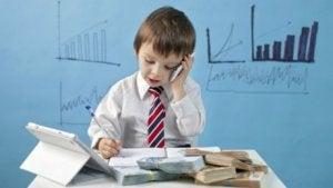 Kind am Schreibtisch spielt seinem Altersabschnitt entsprechend