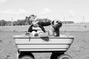 Baby und Haustier haben Spaß