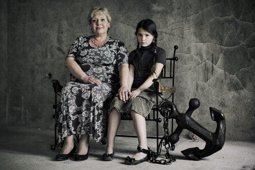 Machtbesessende Eltern sorgen dafür das ihre Kinder nicht eigenständig werden und halten sie im Leben zurück.