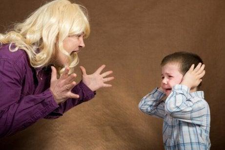 Mutter schimpft ihr Kind