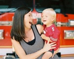 Mutter sein bedeutet, das Kind immer in deinem Herzen zu tragen