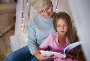 Frau ist zum ersten Mal Oma und liest mit ihrem Enkelkind