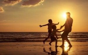 Papa, du bist auch wichtig! Vater mit Kindern am Strand