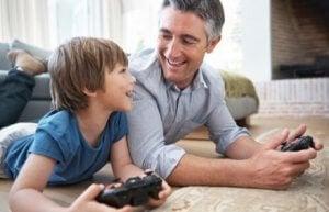 Vater sein und mit Kind spielen
