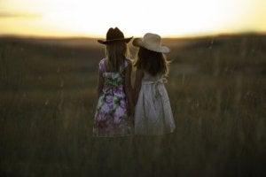 zwei Freundinnen auf einer Wiese