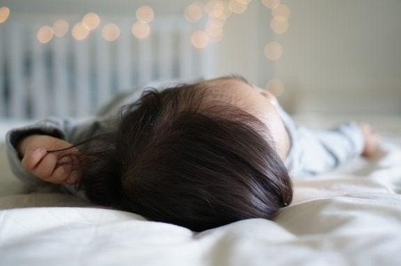 Kind aus Bett gefallen: Was tun?