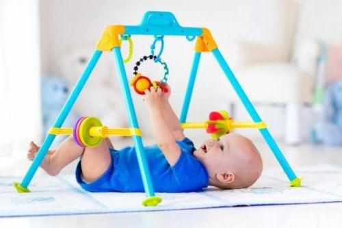 Spieltrapeze und Parkaktivitäten für Babys