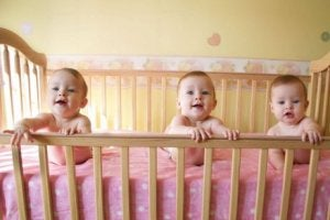 Babys im Gitterbett