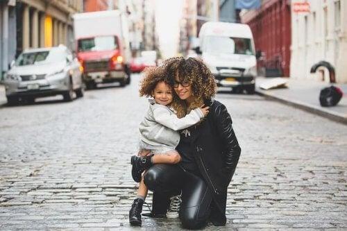 Glückliche Mutter mit Kind auf Straße