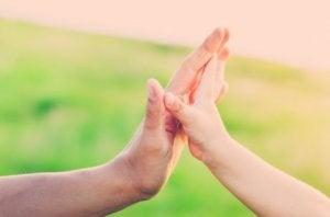Geduld in der Erziehung: versöhnende Hände