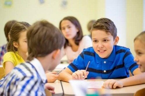 Kinder, die im Unterricht zu viel quatschen