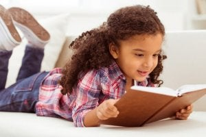Mädchen liebt lehrreiche Geschichten