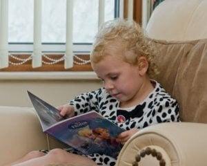 Lesendes Kind hat auch andere Verantwortungen