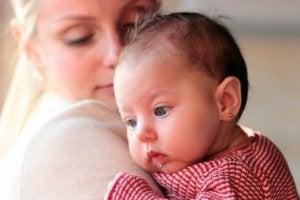 Mutter hat erbärmliches Weinen des Babys beruhigt