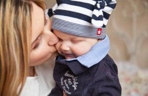 Baby mit seiner frischgebackenen Mutter