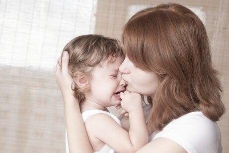 Mutter und weinendes Kind