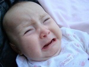 weinendes Baby mit Ohrentzündung