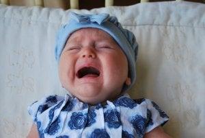 weinendes Kind ist aus dem Bett gefallen