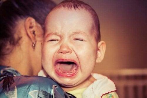 Warum wacht mein Baby immer weinend auf?