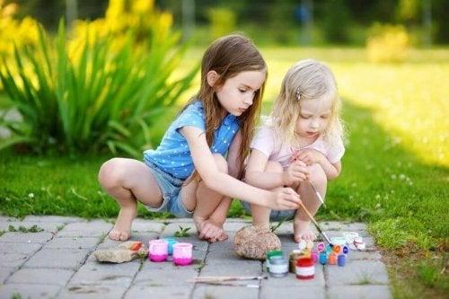 Kinder haben Spaß am Dekorieren von Steinen