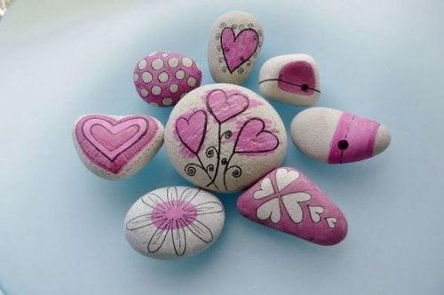 Du kannst dekorative Steine für deinen Garten verwenden
