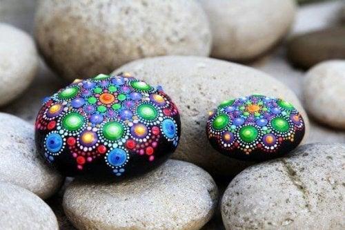 Dekorieren von Steinen: Einfache und schöne Kunsthandwerke